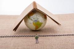 小雕象和地球在帆布与链子 图库摄影