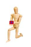 小雕象形象木人人在白色背景做展示情感行动 爱上一个礼物盒在他的手上 图库摄影