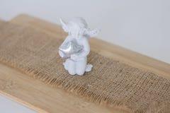 小雕象是在木backgroun的一个天使 库存照片