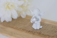 小雕象是在木backgroun的一个天使 免版税库存图片