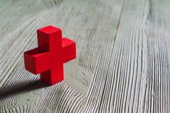 小雕象红色木十字架 免版税库存图片