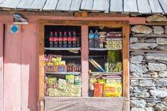 小零售店在尼泊尔喜马拉雅山的遥远的村庄 免版税库存照片