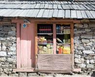 小零售店在尼泊尔喜马拉雅山的遥远的村庄 图库摄影