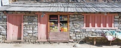 小零售店在尼泊尔喜马拉雅山的遥远的村庄 库存照片