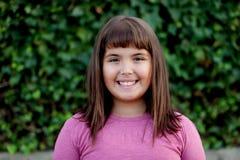 小青春期前的女孩在公园 免版税图库摄影