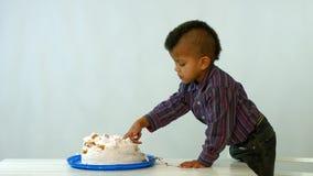 小非洲人吃蛋糕 股票视频