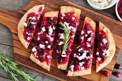 小面包干开胃菜用蔓越桔和乳酪,顶上的场面 免版税图库摄影
