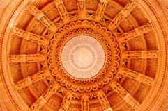 小面包Shri Swaminarayan Mandir浦那里面中心圆顶  免版税库存图片