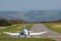 小飞机和滑翔机的跑道 免版税图库摄影
