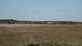 小飞机在一个被放弃的机场登陆 影视素材