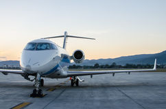 小飞机或飞机停放在机场 库存图片