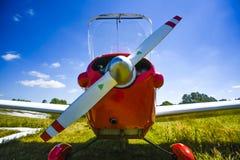 小飞机的翼在地面上的 库存图片
