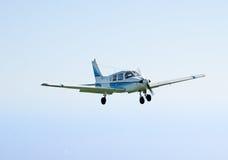 小飞机飞行 免版税图库摄影
