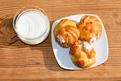 小饼和一个杯子用牛奶 图库摄影