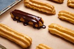 小饼用准备在烤板的巧克力和打好的奶油 库存照片