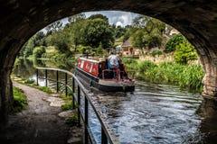小驳船沿利兹利物浦运河航行 免版税图库摄影