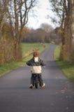 小骑自行车的男孩 免版税库存照片