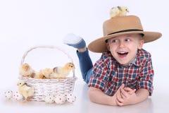 小鸡和复活节彩蛋 免版税库存照片