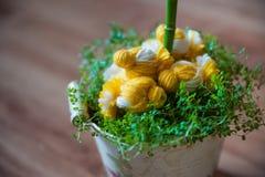 小鸡和春天草复活节装饰  在草的被编织的鸡 在葡萄酒桶的手工制造鸡 库存图片