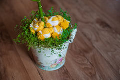 小鸡和春天草复活节装饰  在草的被编织的鸡 在葡萄酒桶的手工制造鸡 免版税库存照片