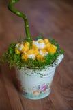 小鸡和春天草复活节装饰  在草的被编织的鸡 在葡萄酒桶的手工制造鸡 库存照片