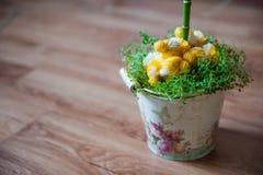 小鸡和春天草复活节装饰  在草的被编织的鸡 在葡萄酒桶的手工制造鸡 免版税库存图片