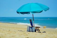 小鹰号与伞的海滩海景 库存照片