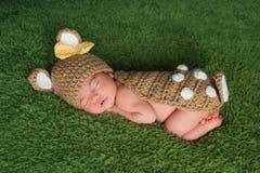 小鹿/鹿服装的新出生的女婴 免版税库存图片