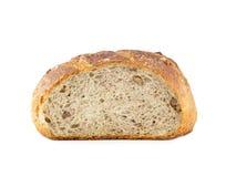 从小麦面粉的面包,整个五谷面包用核桃。 免版税库存图片
