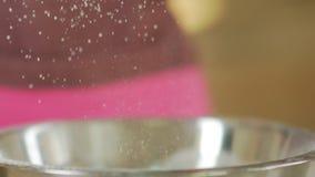 小麦面粉类似于雪 面粉和筛子磨损处 面粉过滤 影视素材