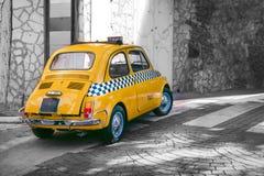 小黄色经典意大利减速火箭的出租汽车滑稽的汽车、旅行、游览和旅游业,意大利 库存照片