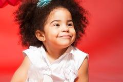 小黑人卷发的女孩纵向  免版税库存照片