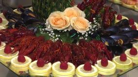 小龙虾和海鲜用在盘子计划的果子 影视素材