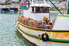 小龙虾捉蟹漂浮在Kalk海湾港口,开普敦的小船 库存图片