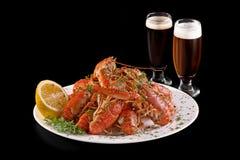 小龙虾 煮沸的红色小龙虾或小龙虾用啤酒和草本在板岩桌上 关闭 小龙虾党,餐馆 免版税库存照片