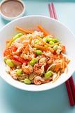 小龙虾edamame红萝卜与穿戴的面条沙拉 免版税库存照片