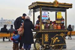 小贩、各种各样的果子传统土耳其腌汁和veget 免版税图库摄影