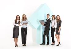 小组一个大箭头的年轻雇员 免版税库存图片