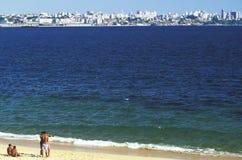 小组一个海滩的年轻人在萨尔瓦多,巴西 免版税图库摄影