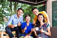 小组一家亚洲咖啡店的青年人 库存照片