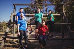 小组一起放松在新兵训练所的适合妇女 库存照片