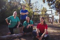 小组一起放松在新兵训练所的适合妇女 图库摄影