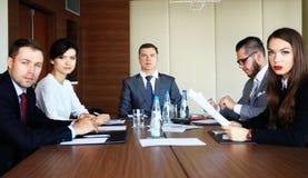 小组一起群策群力在会议室的商人 免版税库存照片