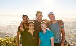 小组一起自然远足的学生朋友 免版税库存照片