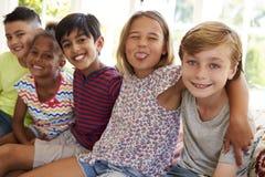 小组一起靠窗座位的多文化孩子 免版税图库摄影