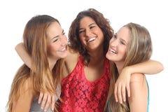 小组三个女孩拥抱愉快 免版税库存照片