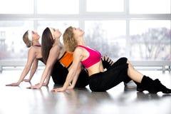 小组三名妇女有健身实践在类 免版税库存图片