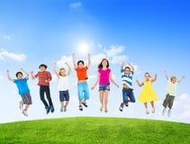 小组不同多Ethinc儿童跳跃 库存照片