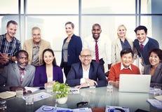 小组不同的商人在证券交易经纪人行情室 库存图片