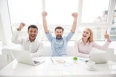 小组不同的设计师在他们的现代办公室 免版税库存图片